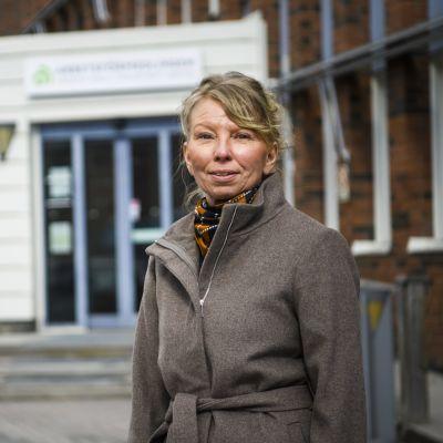 Euroopan komission työllisyyspalveluneuvoja Kirsi Paloniemi Lundqvist seisoo ja hymyilee kuvassa