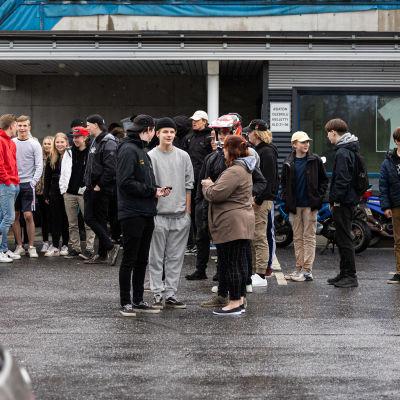 Mopo-harrastaja nuoria kokoontuneena parkkipaikalle Imatralla.