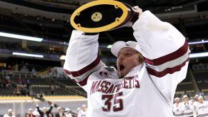 Filip Lindberg lyfter NCAA-bucklan.