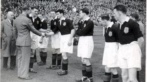 En fotbollsmatch den 10 april 1949 mellan England och Skottland vid Wembley. Prins Philip hälsar den skotska lagkapten George Young av Rangers Fc den 10 april 1949.