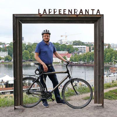 Ari Piispanen polkupyörän kanssa selfiekehyksessä Lappeenrannan Linnoituksen vallilla.