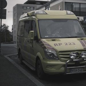 En ambulans står parkerad på gatan.