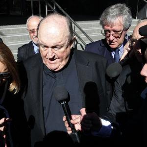 Biskop Wilson lämnar rättssalen efter beskedet att han avtjänar straffet hemma.