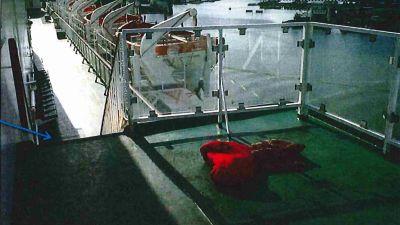 En röd sovsäck på ett fartygsdäck.