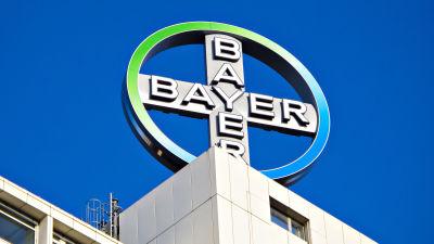 Bayer-yhtiön pyörivä logo berliiniläisen kerrostalon katolla.