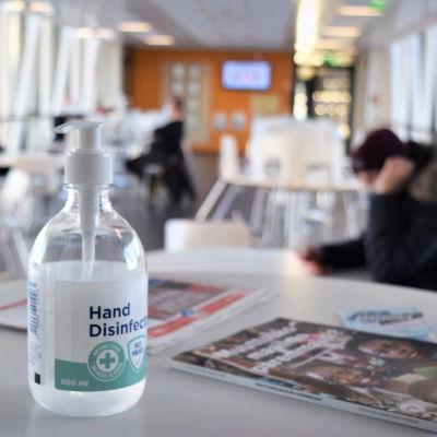 Handdesinfektionsmedel på ett bord i Axxell i Karis.