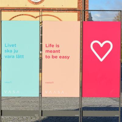 """Skyltar med Vasas slogan """"livet ska ju vara lätt""""."""