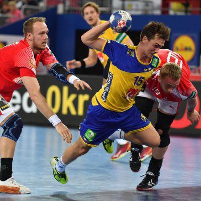 Sveriges Hampus Wanne river sig förbi det danska försvaret.