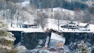Helikopter vid rasområdet i Norge 31.12.2020