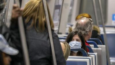 En kvinna bär munskydd på ett metrotåg i Atlanta, USA.