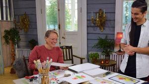 En kvinna och en man målar och gör monoprint.