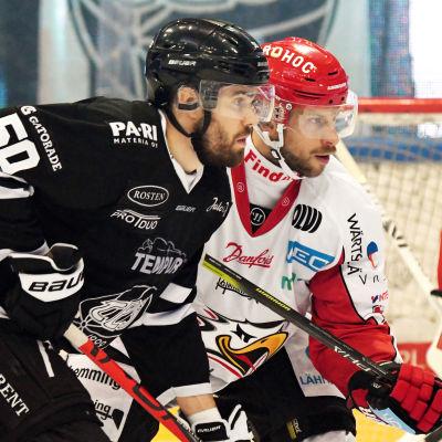Simon Suoranta och Filip Riska i ligamatch.