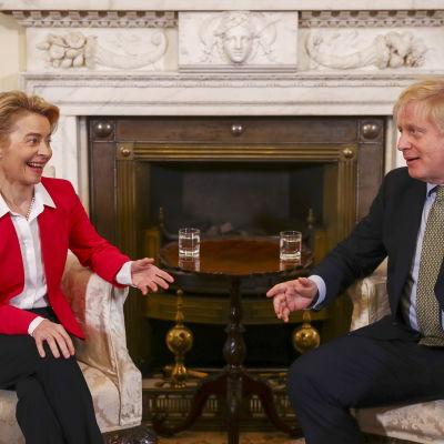 EU-komission puheenjohtaja Ursula von der Leyen ja Britannian pääministeri Boris Johnson istuvat takan edessä.