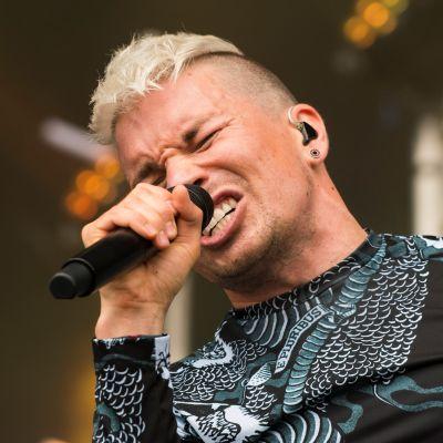 Antti Tuisku laulaa lavalla