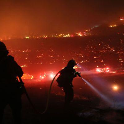 Brandmän arbetar på sluttningar i Bonsall, San Diego i Kalifornien 7.12.2017.