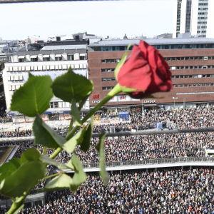 Tiotusentals människor samlades på Sergels torg i centrala Stockholm den 9 april 2017 för att delta i en kärleksmanifestation efter den misstänkta terrorattacken.