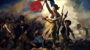 En kvinna håller flaggan under den franska revolutionen.
