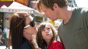 Susanna (Julianne Moore), Maisie (Onata Aprile) ja Lincoln (Alexander Skarsgård) elokuvassa Mitä Maisie tiesi