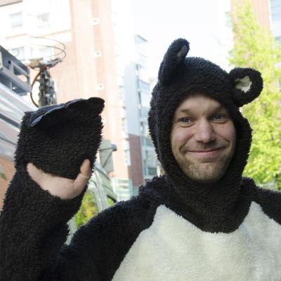 Tanssiva karhu -runoraadin (2016) pj Aleksis Salusjärvi karhupuvussa.