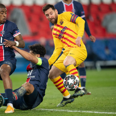 Lionel Messi med bollen i närkamp.