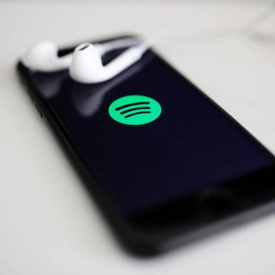 Kuva puhelimesta jonka näytöllä on Spotify-logo.