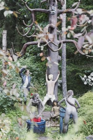 Statyer som föreställer kvinnor som tvättar byk i blåa träbaljor.