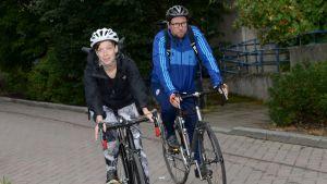 Li Andersson och Paavo Arhinmäki cyklar från Helsingfors till Borgå för att delta i Vänsterförbundets sommarmöte.