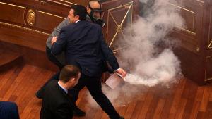 Tårgas i Kosovos parlament