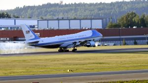 Air Force One-planet på Helsingfors-Vanda flygplats.