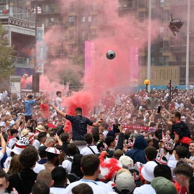 Englannin faneja ennen EM-finaalia