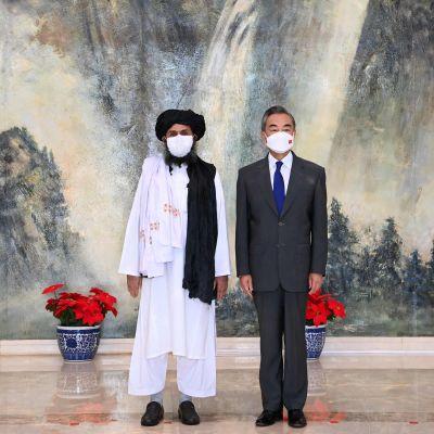 Talebanin edustaja Mullah Abdul Ghani Baradar tapaamassa Kiinan ulkoministeriä Wang Yitä.