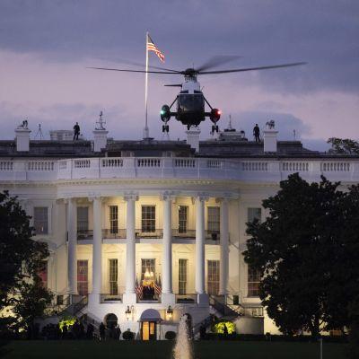 Presidentti Trumpia kuljettanut helikopteri laskeutui Valkoisen talon pihalle.
