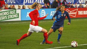 Englands Keira Walsh mot USA:s Tobin Heath.
