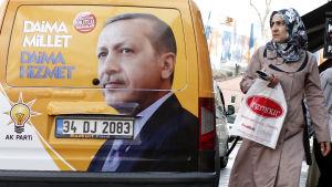 Valreklam på en bil för det styrande AK-partiet