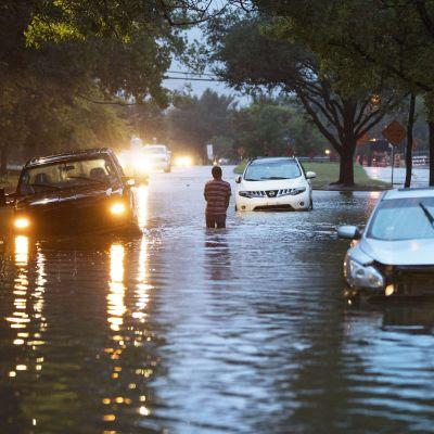Bilar har fastnat i vattnet på  Dairy Ashford Drive i Houston.