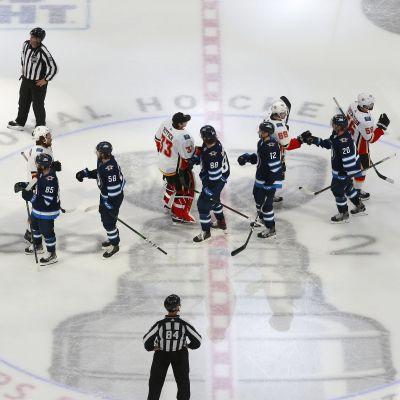 Spelarna i Winnipeg och Calgary tackar varandra efter matchserien.