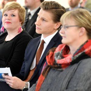 Ministrarna Saarikko, Häkkänen och Mattila vid presskonferensen om vårdreformen.