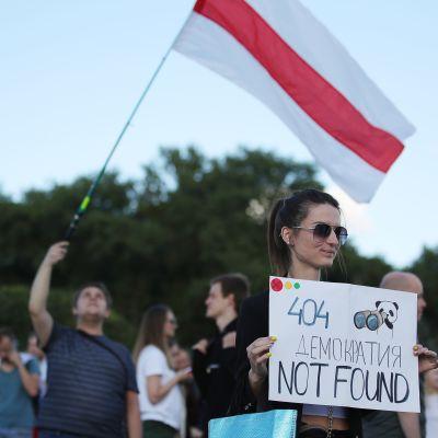 Demonstranter i Belarus huvudstad Minsk protesterar mot att anställda på mjukvarubolaget PandaDoc gripits av polisen.