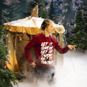 Studioman Lisa Gerkman organiserar saker under inspelningarna av tv-serien Jul i Hittehatt