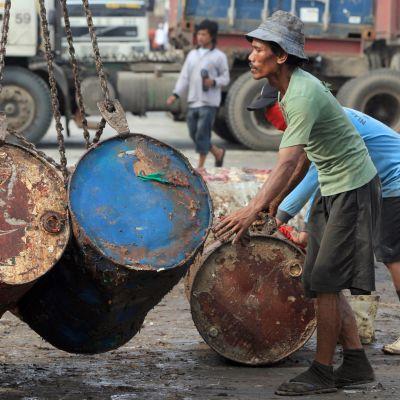 Indonesiska arbetare lastar palmolja
