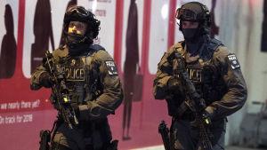 Poliser vid London Bridge efter terrordådet där.