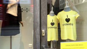 Klädaffären Maxmara i Helsingfors tar ställning i skolfråga