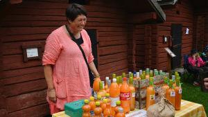 Benita Nordgren säljer färskpressad havtornssaft på Brages skördemarknad.