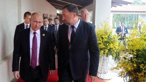 Vladimir Putin och Oleg Deripaska deltog i Apec-toppmötet i Vietnam i fjol