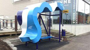 Busshållplats som designats av Corinna Helenelund.