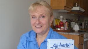 Lene Nyman är flygvärdinna som  har samlat historier om sitt yrke i en bok
