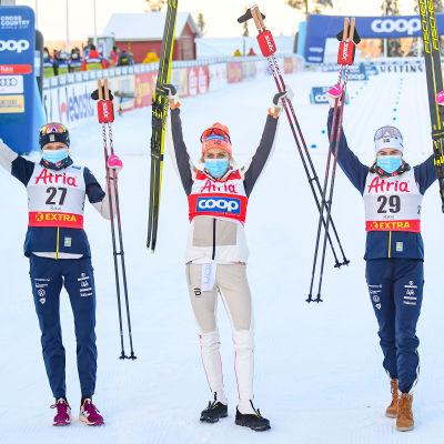 Segertrion Frida Karlsson (tvåa), Therese Johaug (etta) och Ebba Andersson (trea).