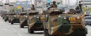 Bepansrade fordon under militärparad.