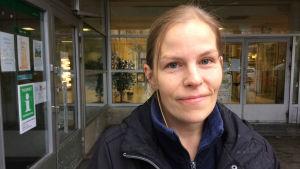En ung kvinna står utanför Fokus-huset i Karis. Hon heter Sabina Holmström.