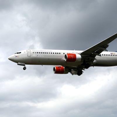 Ett SAS-plan närmar sig London-Heathrow flygplats i juli 2017.